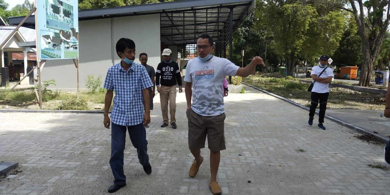 Plt Bupati Gorontalo, Herman Walangadi saat meninjau pembangunan Food Court Limboto