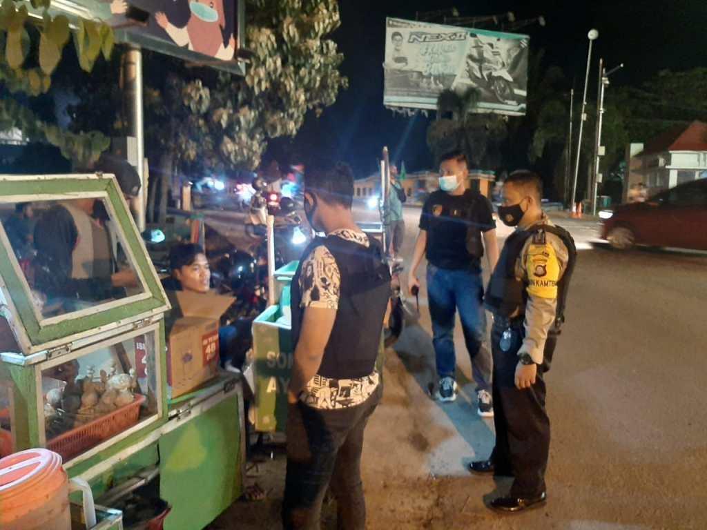 Aparat Kepolisian Berbincang Dengan Sejumlah Pedagang Somay