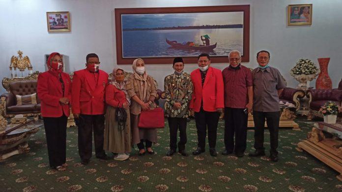 Bupati Gorontalo, Nelson Pomalingo, foto bersama dengan staf ahli Kementerian Ketenagakerjaan