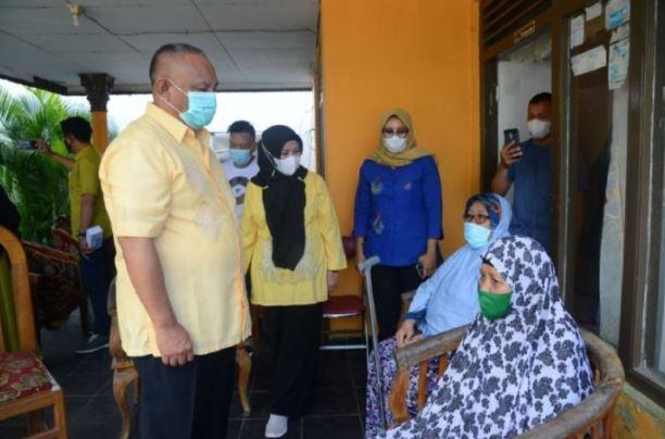 Gubernur Gorontalo Serahkan Bantuan kepada Korban Kebakaran di Tamalate